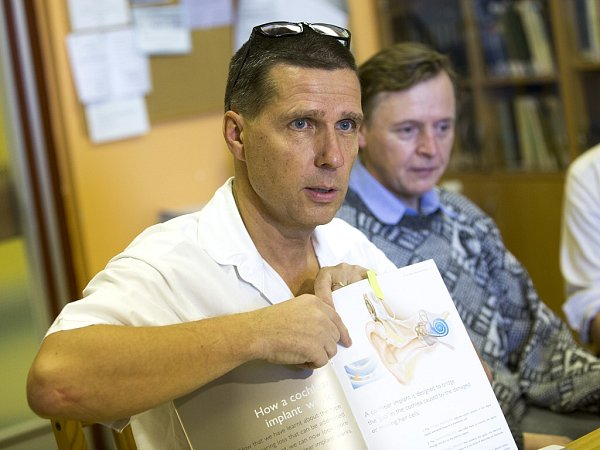 Profesor Pavel Komínek ukazuje schéma kochleárního implantátu.
