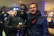 Radek Látal se ve V.I.P. prostorách Veltins Arény po zápase s Realem Madrid potkal s bývalým spoluhráčem Geraldem Asamoahem.