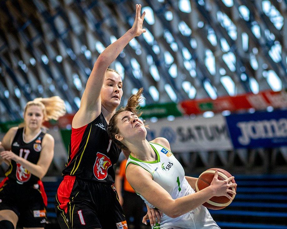 Utkání 12. kola Ženské basketbalové ligy: SBŠ Ostrava - Sokol Hradec Králové, 3. ledna 2021 v Ostravě. Simona Fišerová z Hradce Králové a Eliška Kubíčková z Ostravy.