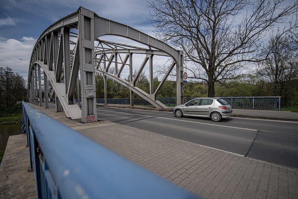 Ředitelství silnic a dálnic ČR připravuje nutnou opravu historicky významného mostu přes řeku Odru na silnici I/56 vedoucí z Ostravy na Hlučín a Opavu, 6. května 2021 v Ostravě. Důležitý most u Outlet Arény bude od 31. května do konce roku uzavřen.