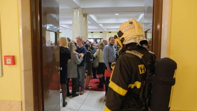 Hustý kouř předčasně ukončil v sobotu odpoledne divadelní představení pražských herců v Kulturním domě města Ostravy v ulici 28. října. V té chvíli se zde hrál muzikál legendární hudební komedie Trhák.