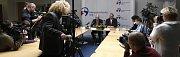 Premiér České republiky Bohuslav Sobotka s hejtmanem Moravskoslezského kraje na tiskové konferenci.