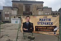 Billboard lídra ODS Martina Štěpánka a rozbitá fasáda porubského kulturního domu jsou takřka v symbióze.