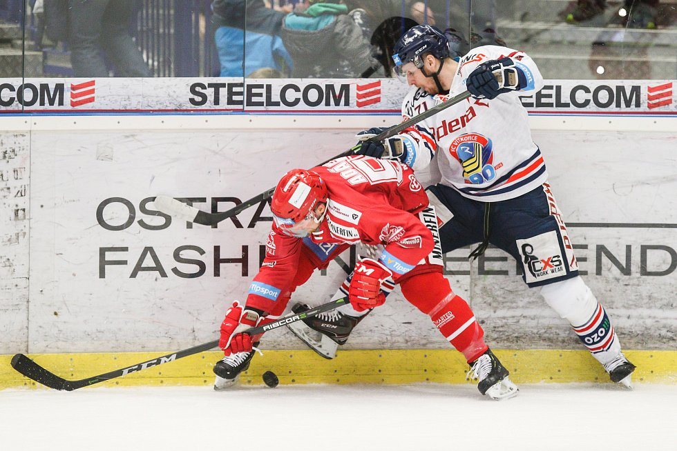 Čtvrtfinále play off hokejové extraligy - 3. zápas: HC Vítkovice Ridera - HC Oceláři Třinec, 24. března 2019 v Ostravě. Na snímku (zleva) Marian Adámek, Lukáš Kucsera.