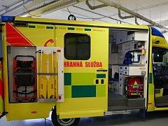 Nová sanitka, jejíž pořizovací cena se blíží 6 milionům korun, je vybavena speciálními nosítky s hydraulickým zvedacím pohonem, který umožní přepravu pacientů s hmotností až 300 kg, a také moderními diagnostickými přístroji.