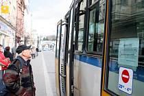 Už od úterního večera viselo na vozech hromadné dopravy v Ostravě a na jízdních řádech upozornění o stávce, ta ale ve čtvrtek nakonec nebude.