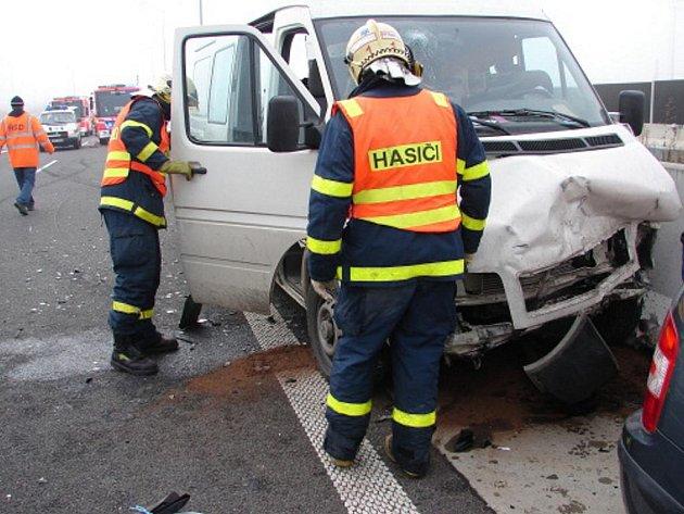 Dopravní nehoda, která se stala v úterý před polednem u sjezdu z ulice Rudné na dálnici D1 v Ostravě-Svinově. Dodávka Volkswagen LT 35 zezadu narazila do osobního auta Škoda Fabia.
