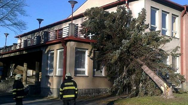 Během nedávných vánočních svátků na kulturní dům spadl strom. Stalo se tak následkem vichru, který ve Frenštátě pod Radhoštěm napáchal nemalé škody.