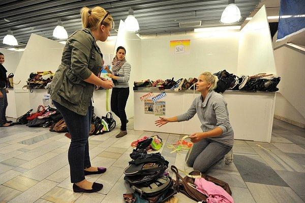 Redaktoři a ostatní pracovníci Deníku už od ranních hodin připravují vše tak, , mohly návštěvnice veletrhu pohodlně vybírat zobrovského množství kabelek, které se podařilo vybrat.