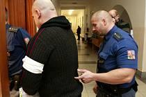 Josefa Kunčickému, které v autě bodl svou družku, hrozí až dvanáct let vězení.