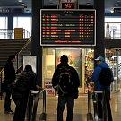 I v úterý ráno na nádražích čekali cestující na své spoje marně.