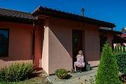 V tomto domě se v noci ze středy 13. na čtvrtek 14. září odehrála tragédie. Seniorka zabila ve svém domě nevítaného hosta.