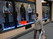 V obchodech už propukly letní slevy s plnou silou a netýkají se jen oblečení či sportovního vybavení.