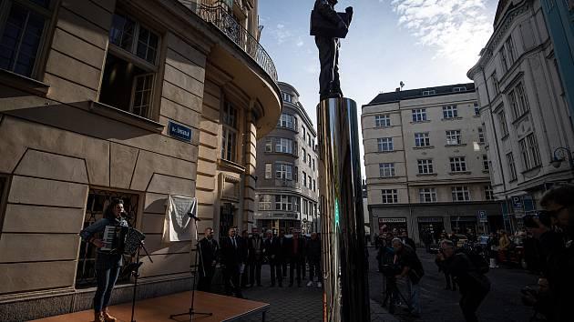 U budovy Českého rozhlasu v Ostravě byla odhalena pamětní deska Karla Kryla, která připomíná působení známého písničkáře v Českém rozhlase, 19. října 2021.