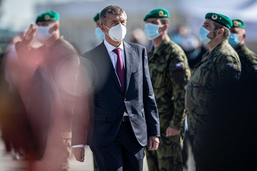 Dny NATO a Dny Vzdušných sil Armády ČR, 19. září 2020 na letišti Leoše Janáčka v Mošnově. Andrej Babiš při oceňování složek.