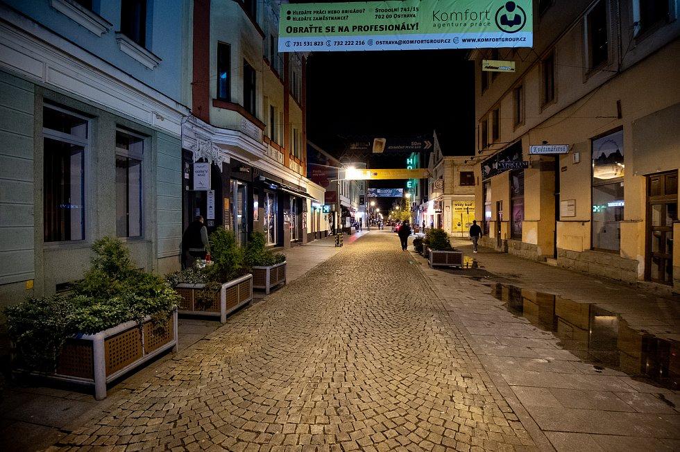 Prázdná Stodolní ulice 13. března 2020 v Ostravě. Vláda ČR vyhlásila dne 12. března 2020 stav nouze a rozhodla, že všechny restaurace a hospody budou kvůli koronavirovým opatřením uzavřeny ve 20:00.