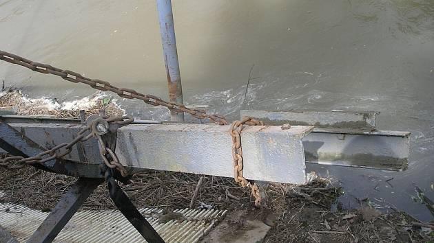 Šroťáci měli zálusk na kovovou lávku. Policisté na místě našli pilky, které šroťáci použili k odřezání ocelových nosníků. Lávka byla součástí vodní čerpací stanice. Škoda činí sedmdesát tisíc korun.