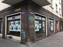 Plato dočasně obsadilo léta uzavřený objekt po obchodu s oděvy v Českobratrské ulici v centru města.