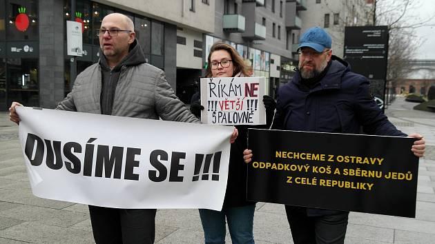 NE! spalovně, protestní happening občanské iniciativy Dýcháme v Ostravě proti státem schválenému a městem odmítanému záměru zvýšit kapacitu linky na likvidaci nebezpečných odpadů CENNZO.Foto: Deník/Radek Luksza