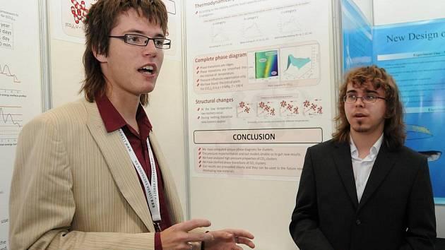 Studenti Miroslav Rapčák (vlevo) a David Pěgřímek zvítězili v soutěži mladých vědců, která se konala v září v Lisabonu.
