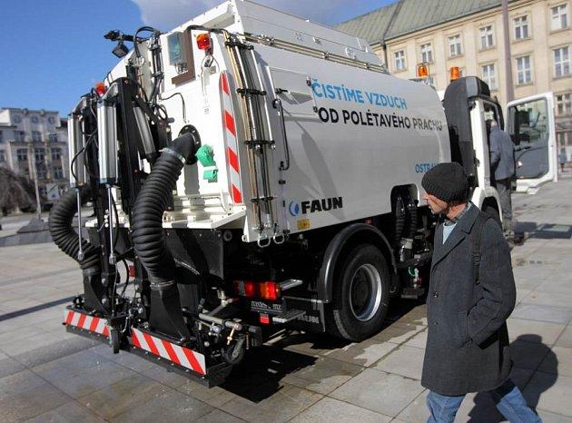Vozidlo, které bude při úklidu silnic čistit v Ostravě vzduch od polétavého prachu