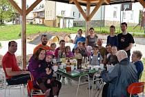 Férová snídaně obyvatel Zbyslavic v areálu školní zahrady. Ilustrační foto.