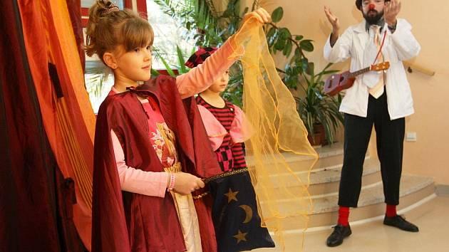 Zdravotní klauni pomáhali celý týden malým pacientům nacvičit cirkusové umění pro vystoupení v kostýmech.