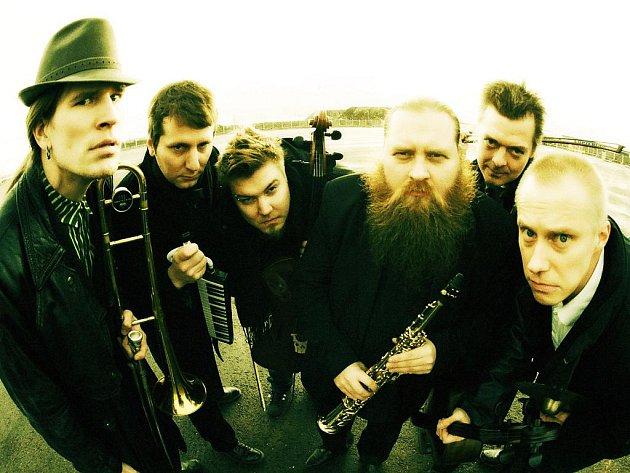 """O divokých Finech Alamaailman Vasarat se říká, že """"hrají hudbu, jako kdyby si Frank Zappa a Mike Patton zaletěli do Srbska a nahráli tam desku""""."""