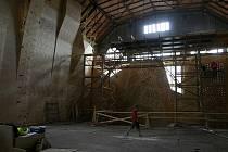 Rozlohou blížící se tisíci metrům čtverečních a jedenadvacet metrů vysoká horolezecká stěna bude od září přístupná v bývalé strojovně areálu Dolu Hlubina v Dolní oblasti Vítkovic.