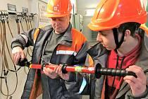 Jeden ze studentů druhého ročníku Střední školy elektrotechnické Na Jízdárně si při své praxi na rozvodně v Lískovci prohlíží zkoušečku vysokého napětí.