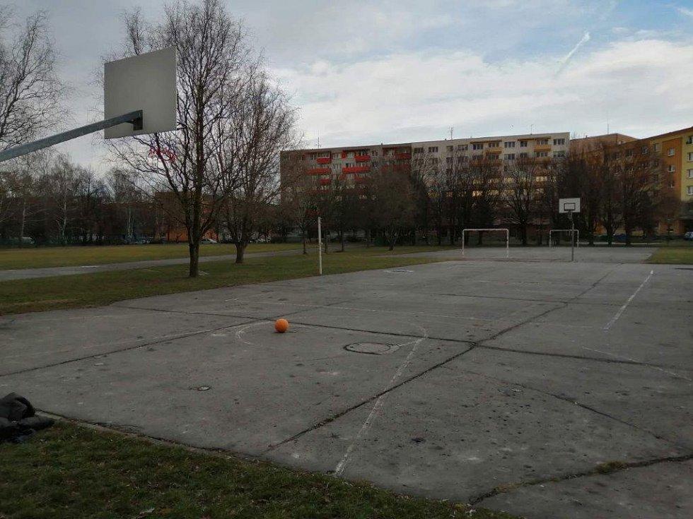 Tady hrajeme fotbal, házenou nebo basket, jednou nám zaletěl míč na střechu, je to už skoro dva roky a leží tam dodnes