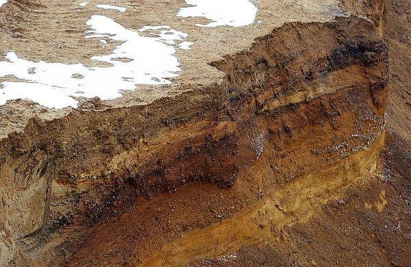 TĚŽBA PÍSKU. Probíhá vPolance bezmála už padesát let. Zdejší písek je totiž bohatý na železo.