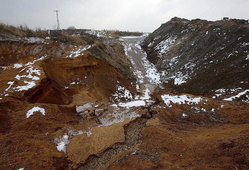 TĚŽBA PÍSKU. Probíhá v Polance bezmála už padesát let. Zdejší písek je totiž bohatý na železo.