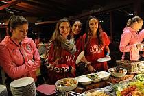 DHC Sokol Poruba při organizování pohárového souboje s portugalským Juve Lis nic nepodcenil a připravil soupeři dokonalý komfort. Snímek ze závěrečné společné večeře obou celků v ostravské restauraci Stará kuželna.