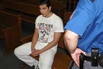 Daniel Fizer je obžalován z toho, že svou družku vystrčil z okna. On sám vinu popírá.