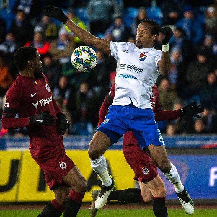Utkání 20. kola první fotbalové ligy: Baník Ostrava - Sparta Praha, 14. prosince 2019 v Ostravě. Na snímku zleva Kanga Kaku Guelor, Dame Diop.