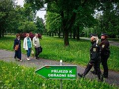 Strážníci městské policie dohlížejí na bezpečí v areálu Krematoria ve Slezské Ostravě.