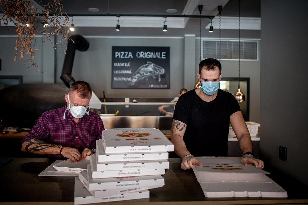 Restaurace pizza Coloseum nabízí jídlo zdarma složkám IZS a zdravotníkům, 18. března 2020 v Ostravě.
