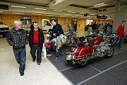 Osobní, užitkové i terénní automobily, ale také motocykly či čtyřkolky. Motoristé mohou v sobotu i v neděli zamířit na výstavu Autosalon Wevi na Černou louku.