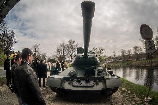 Nácvik jízdy tanku T-34, který bude hlavním lákadlem rekonstrukcí bojů uSýkorova mostu vrámci sedmdesátých oslav osvobození.