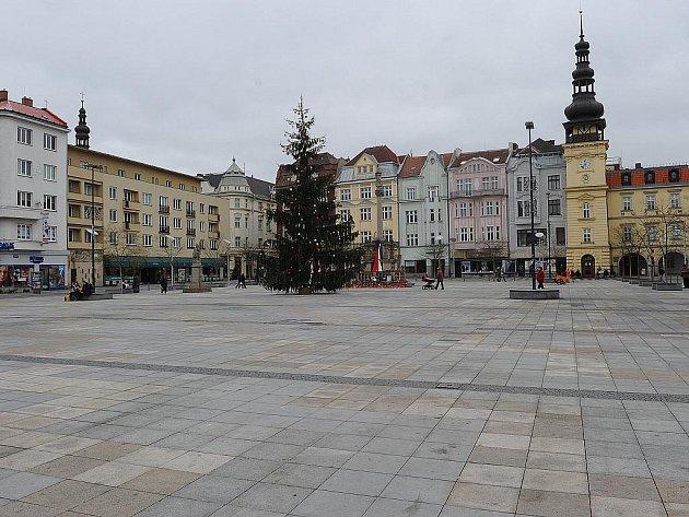 STÁNKY ZMIZELY, STROM ZŮSTAL. Masarykovo náměstí je v týdnu mezi Vánocemi a Silvestrem doslova liduprázdné.