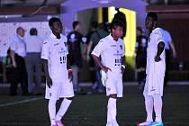 Tma. Ligovou premiéru Baníku na Julisce ovlivnil výpadek elektrického proudu, kvůli kterému bylo utkání na více než čtyřicet minut přerušeno.