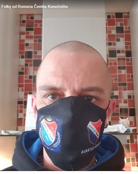 Fanoušci Baníku Ostrava nosí roušky s logem ostravského fotbalového týmu.