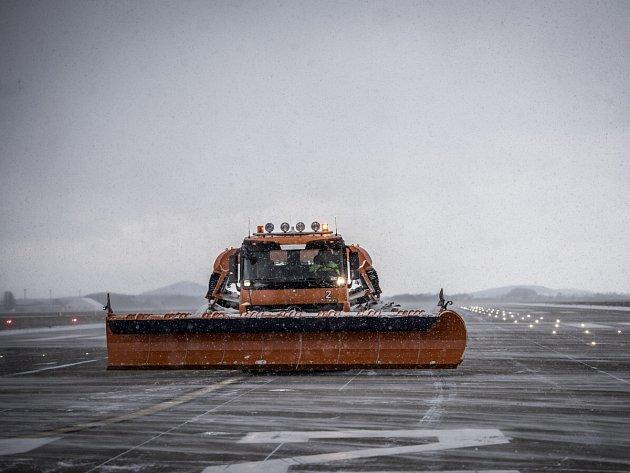 Úklid sněhu z letištních ploch. Ilustrační foto.