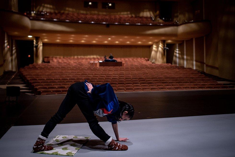 Jeden den s baletkou Shino Sakurado, 5. dubna 2019 v Ostravě. Shino se rozcvičuje v divadle Jiřího Myrona, čeká jí večerní předtavení baletní hry Vzlety a pády.