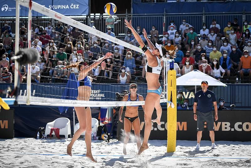 Turnaj Světového okruhu v plážovém volejbalu kategorie 4*, 6. června 2021 v Ostravě. Finálový zápas - Jolana Heidrichová (vpravo), Anouk Verdeová-Depraová ze Švýcarska vs. Sarah Sponcilová (vlevo), Kelly Claesová z USA.
