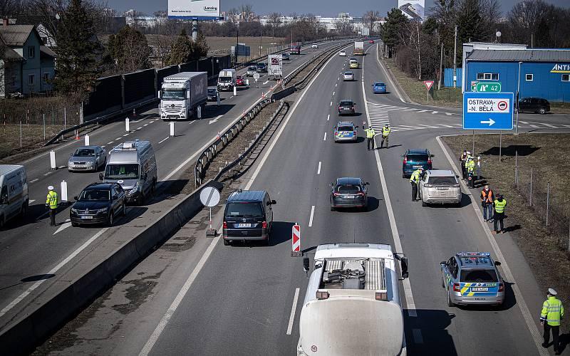 Policejní kontrola mezi okresy Ostrava a Frýdek-Místek na ulici Místecká, březen 2021.