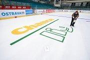 Příprava reklamy na ledové ploše zimniho stadionu v Ostravě Porubě.