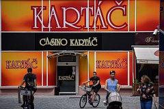 Reklama na známé ostravské kasino vyvolává negativní emoce.