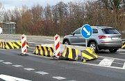 Ostrůvek na silnici I/647 v Klimkovicích – Václavovicích je sice po bouračce, ale nemohla za ni instalace tohoto dopravního prvku, nýbrž stržení volantu řidiče vyhýbajícího se srně.